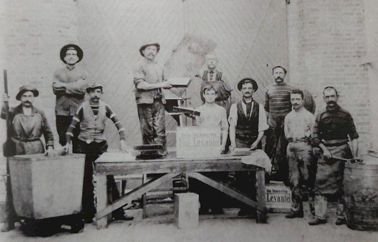 1900 - Operários italianos da fábrica de óleo das Indústrias Matarazzo: pobreza